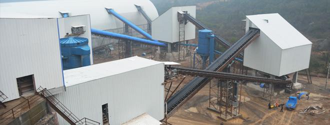 一、石灰石应用 石灰石以其广泛的应用需求和同样广泛的分布在矿山行业中占据重要地位,石灰石易于获取,价格低廉,是制造水泥、石灰、电石的主要原料,是冶金工业中不可缺少的熔剂灰岩,优质石灰石经超细粉磨后,被广泛应用于造纸、橡胶、油漆、涂料、医药、化妆品、饲料、密封、粘结、抛光等产品的制造中。 二、工艺流程介绍 从山上爆破下来的石灰石石料,通过自卸车将1200mm以下的石料送入振动给料机,振动给料机把石料均匀的送入重锤式破碎机,重锤破对石料进行第一段破碎,从重锤破出来的大块物料再送入下段锤式破碎机进行二次破碎整形