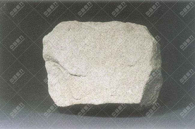 砂岩物料 中文名:砂岩 颜 色:呈淡褐色或红色 定 义:沉积岩 形 成:由各种砂粒胶结而成 成 分:含硅、钙、黏土和氧化铁 组 成:石英、长石、云母等  砂岩是一种沉积岩,主要由各种砂粒胶结而成的,颗粒直径在0.05-2mm,其中砂粒含量要大于50%,结构稳定,通常呈淡褐色或红色,主要含硅、钙、黏土和氧化铁。绝大部分砂岩是由石英或长石组成的。 砂岩破碎机价格分析 客户要想买到一台称心如意的砂岩破碎机,就对其价格有的了解,下面介绍几个重要的价格影响因素。 1、生产成本 生产成本的高低对砂岩破碎机价格的影响也